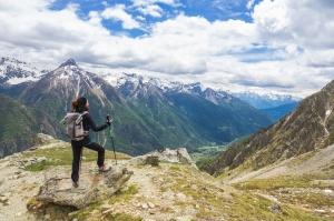 Veduta panoramica in montagna con ragazza