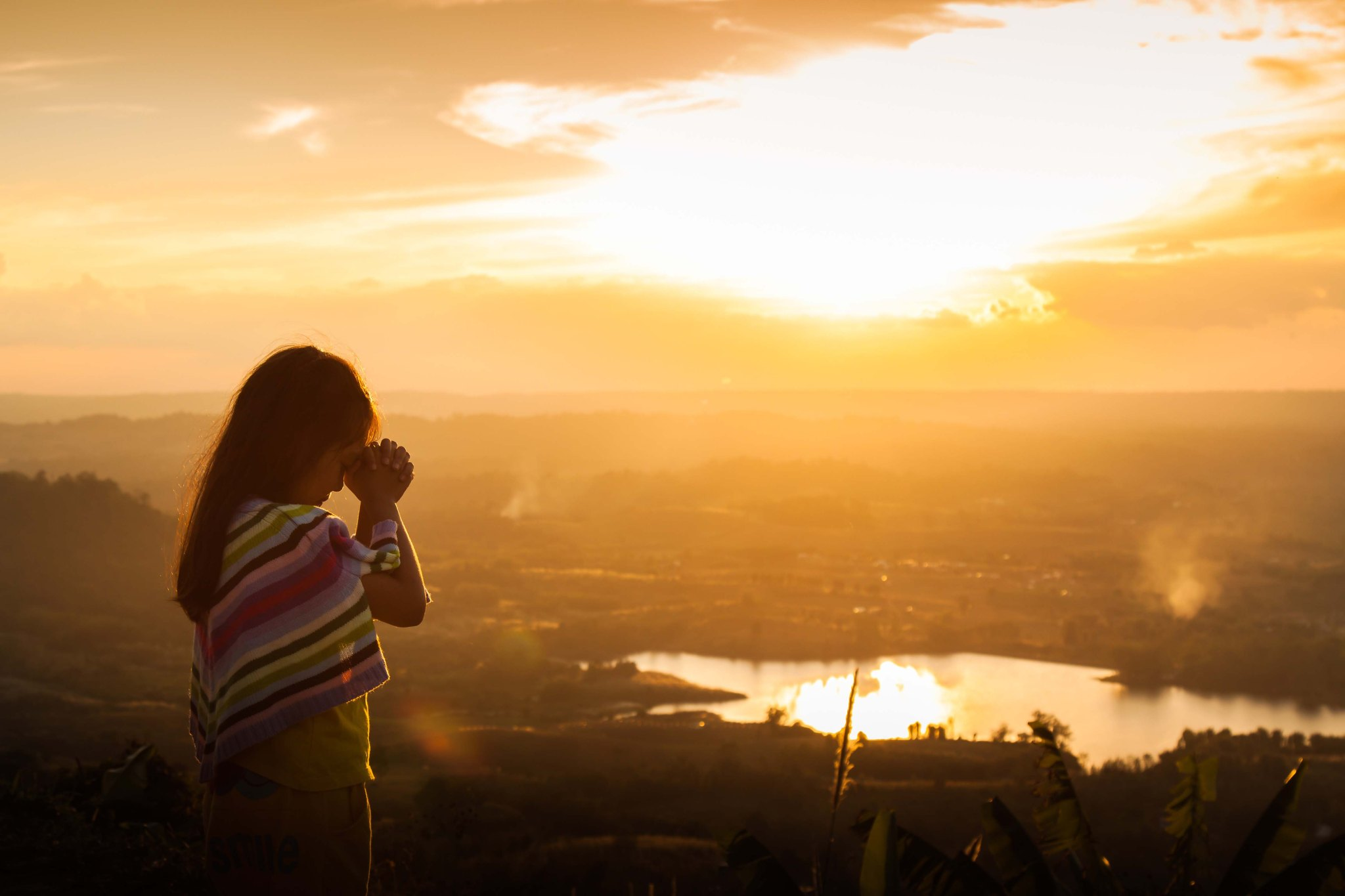 Child praying on the mountain, thank God.
